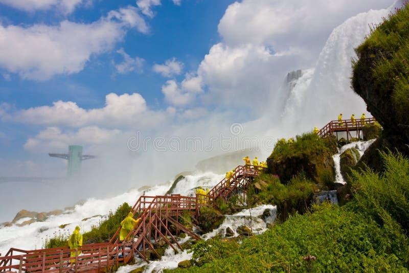 Toeristen bij dalingen Niagara royalty-vrije stock fotografie