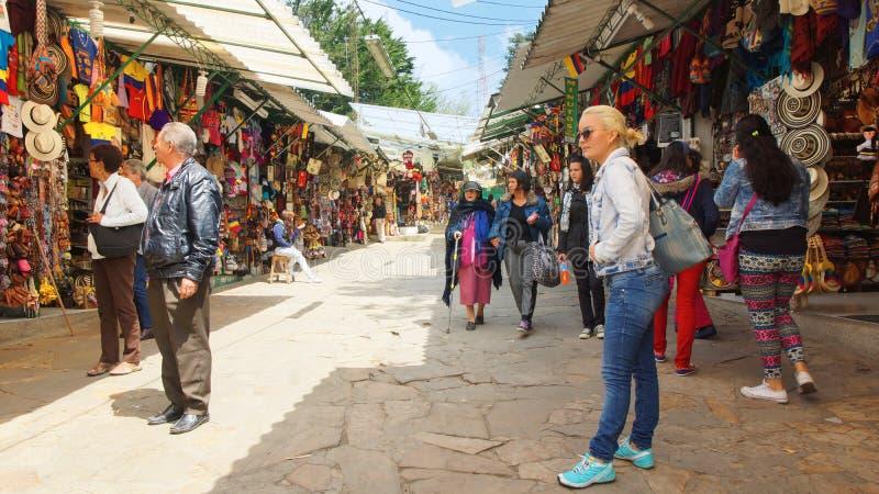 Toeristen bij de ambachtmarkt van Onderstelmonserrate in de stad van Bogota stock afbeelding