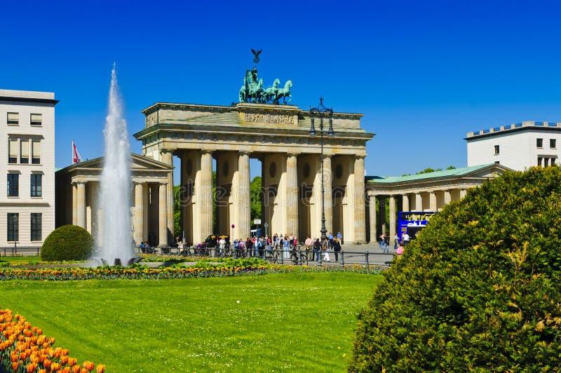 Toeristen bij de Brandenburg poort in Berlijn stock foto's