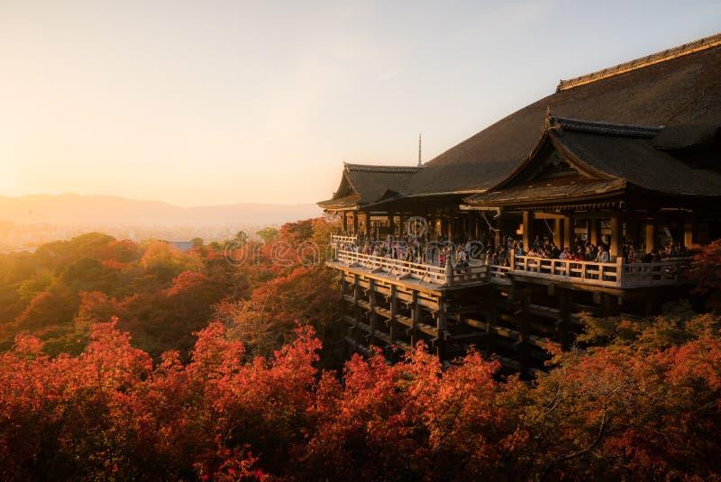 Toeristen bij de tempel van Kiyomizu Dera in Kyoto, Japan royalty-vrije stock foto