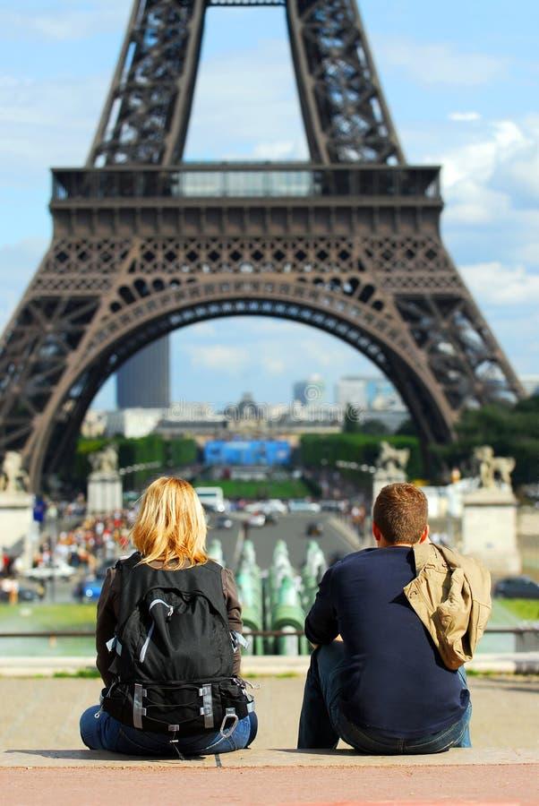 Toeristen bij de toren van Eiffel stock foto's