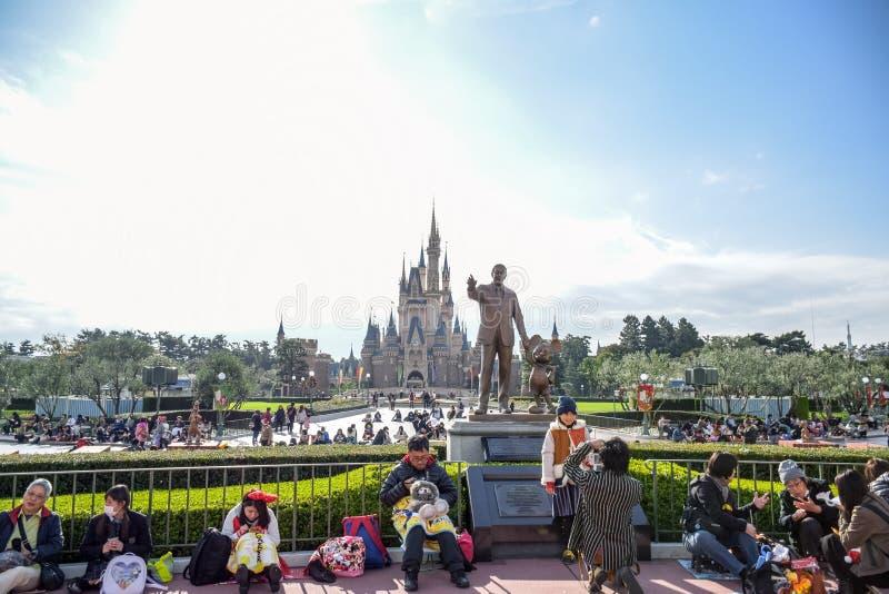 Toeristen bij de voorzijde van Cinderella Castle Tokyo Disney Resort in Urayasu, de prefectuur van Chiba, Tokyo, Japan royalty-vrije stock afbeeldingen