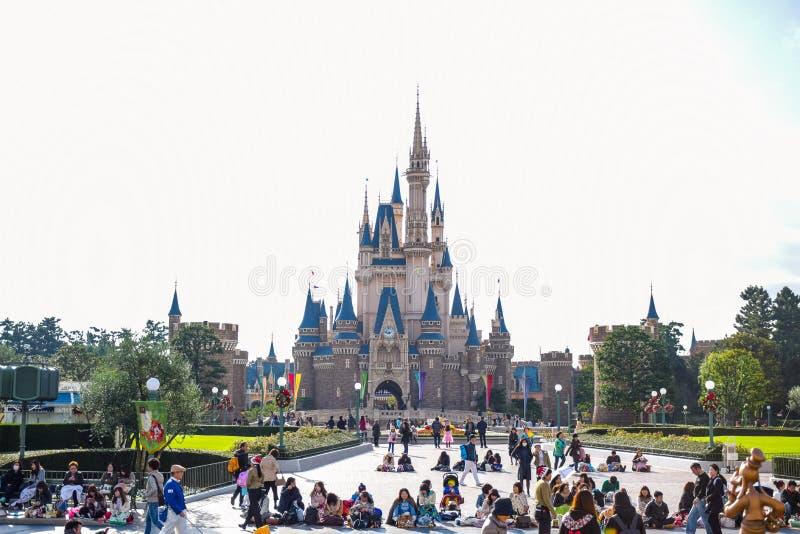 Toeristen bij de voorzijde van Cinderella Castle Tokyo Disney Resort in Urayasu, de prefectuur van Chiba, Tokyo, Japan royalty-vrije stock afbeelding