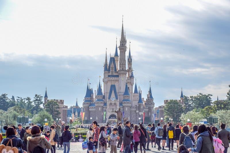 Toeristen bij de voorzijde van Cinderella Castle Tokyo Disney Resort in Urayasu, de prefectuur van Chiba, Tokyo, Japan royalty-vrije stock foto