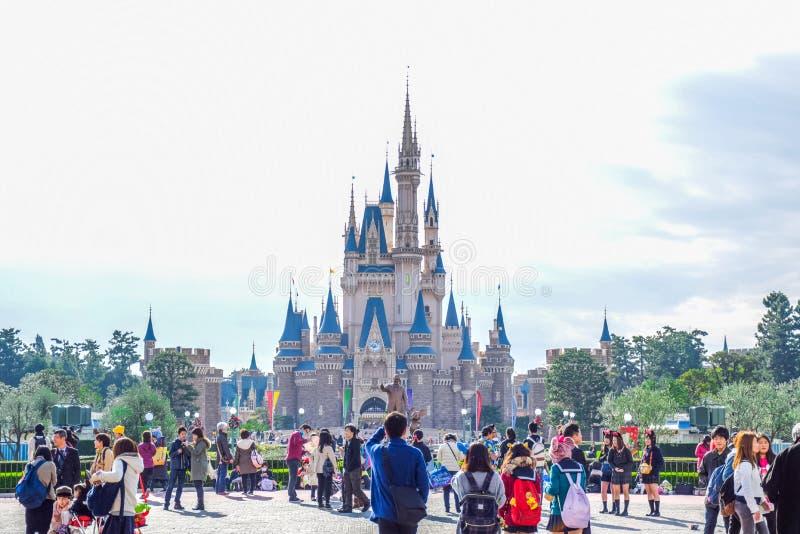 Toeristen bij de voorzijde van Cinderella Castle Tokyo Disney Resort in Urayasu, de prefectuur van Chiba, Tokyo, Japan stock afbeelding