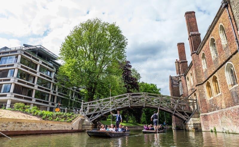Toeristen bij de Wiskundige Brug Cambridge, Engeland, eenentwintigste van Mei 2017 royalty-vrije stock foto
