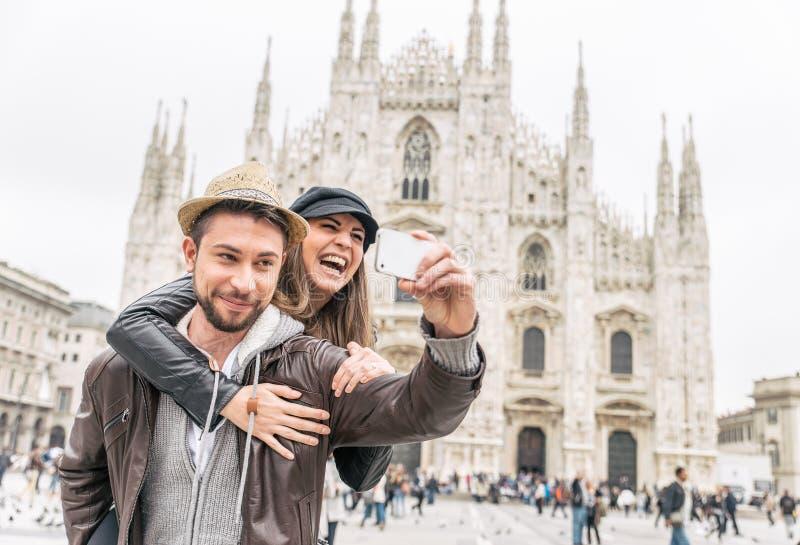 Toeristen bij Duomo-kathedraal, Milaan royalty-vrije stock foto
