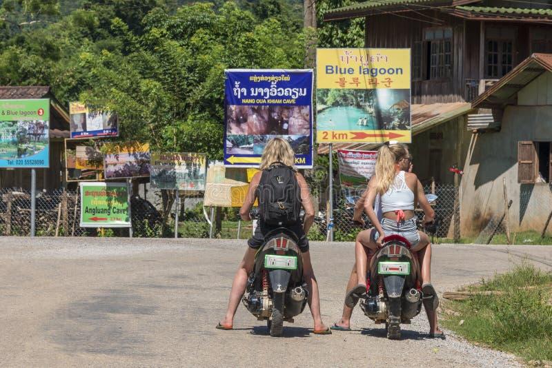 Toeristen bij een motor royalty-vrije stock foto