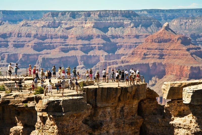 Toeristen bij het Grand Canyon -observatieplatform royalty-vrije stock afbeeldingen