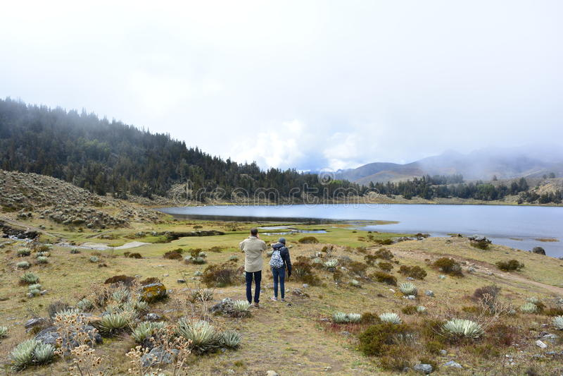 Toeristen bij het Laguna DE Mucubaji meer in Merida, Venezuela stock foto's
