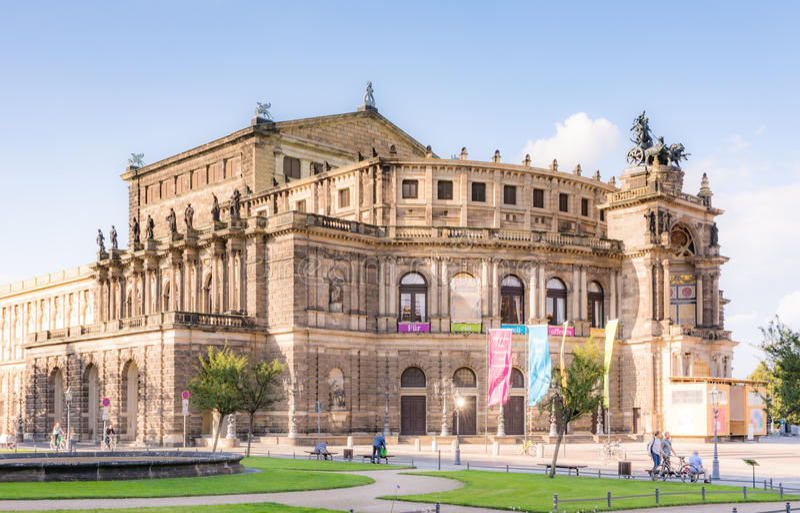 Toeristen bij het operahuis van Dresden stock afbeeldingen
