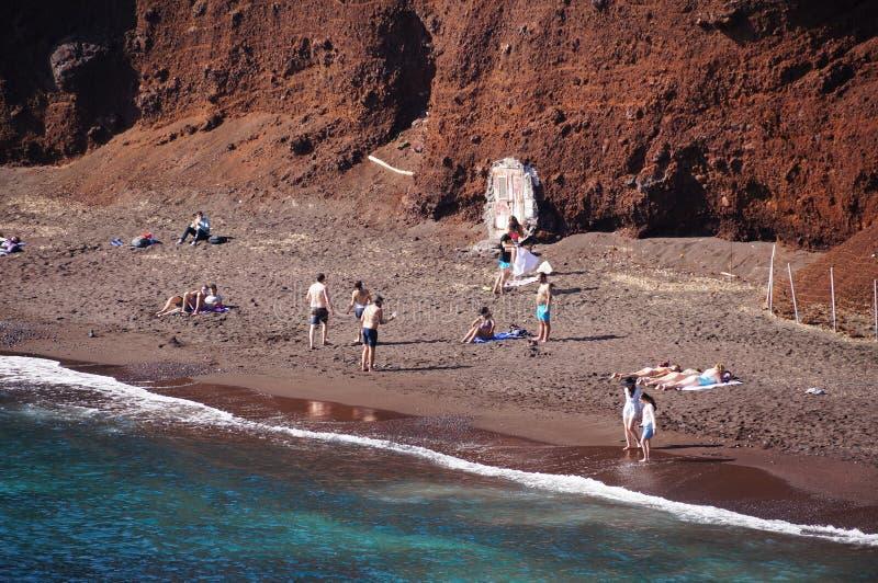 Toeristen bij het Rode Strand in Santorini, Griekenland stock afbeelding