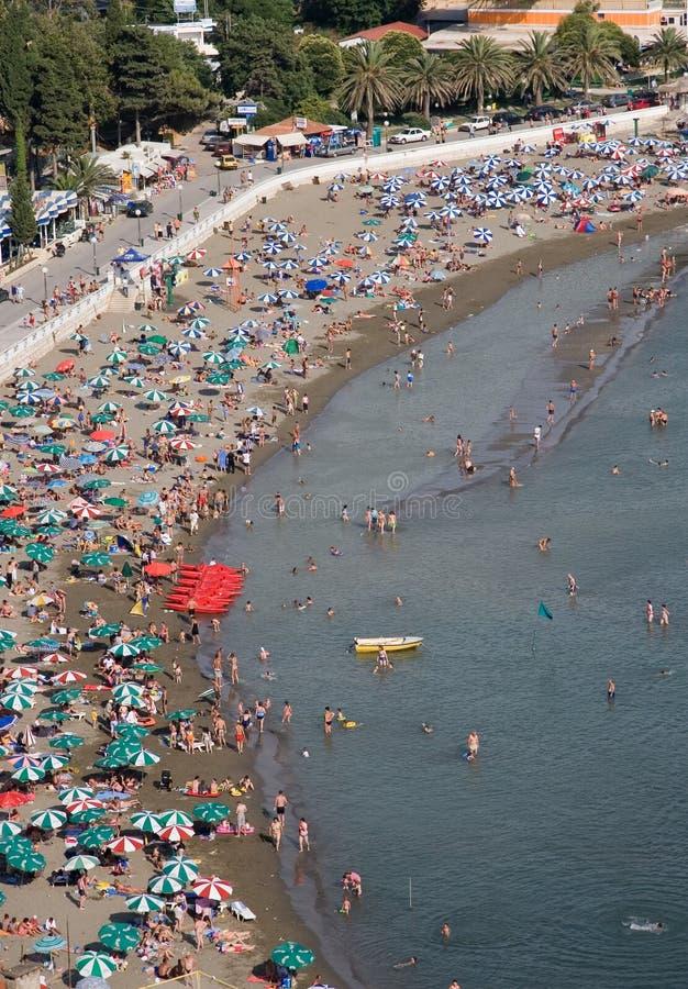 Toeristen bij het strand stock foto's