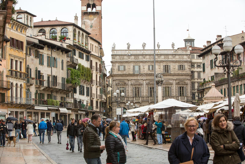 Toeristen bij Piazza delle Erbe in het historische centrum van Verona stock afbeelding