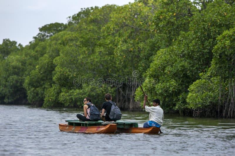 Toeristen bij Pottuvil-Lagune in Sri Lanka stock foto's