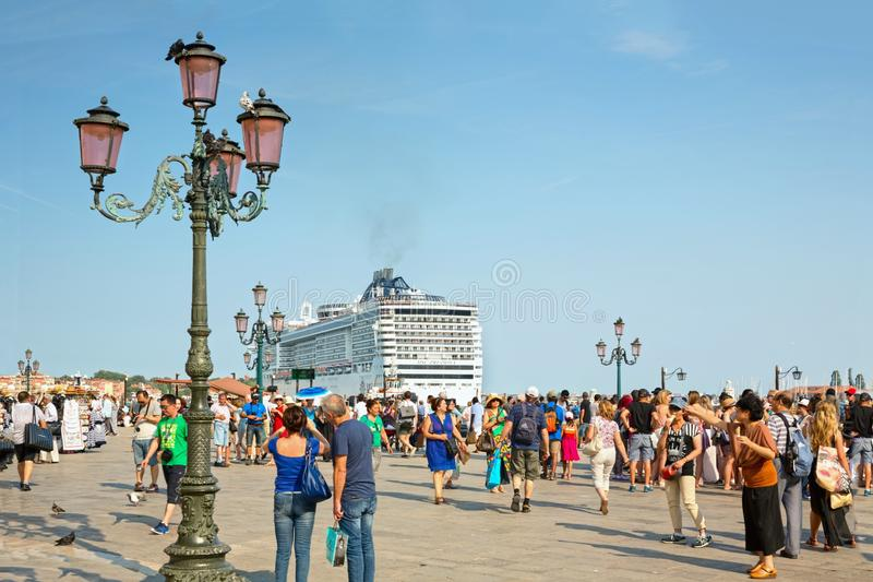 Toeristen bij St het Vierkant van het Teken in Venetië, en de doctorandus in de exacte wetenschappen Preziosa van het cruiseschip royalty-vrije stock fotografie