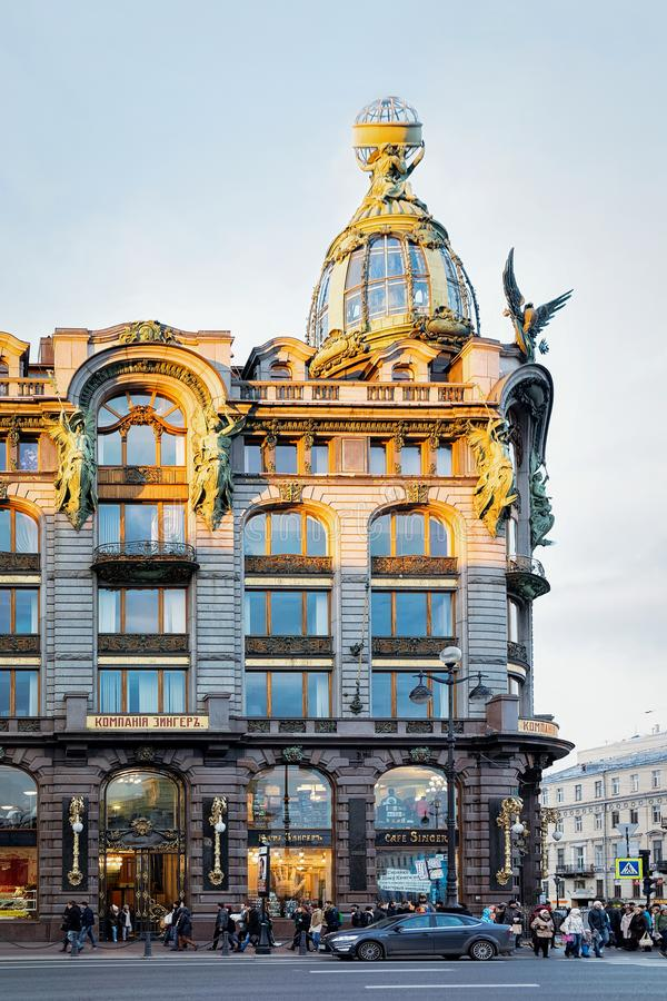 Toeristen bij Zinger-Huis op Nevsky-Vooruitzichtweg in St. Petersburg, Rusland royalty-vrije stock foto