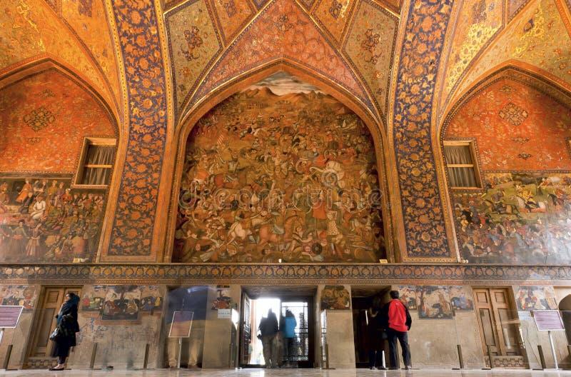 Toeristen binnen de historische ruimten met oude muurschilderingen en decoratie van paleis Chehel Sotoun in Isphahan stock foto's