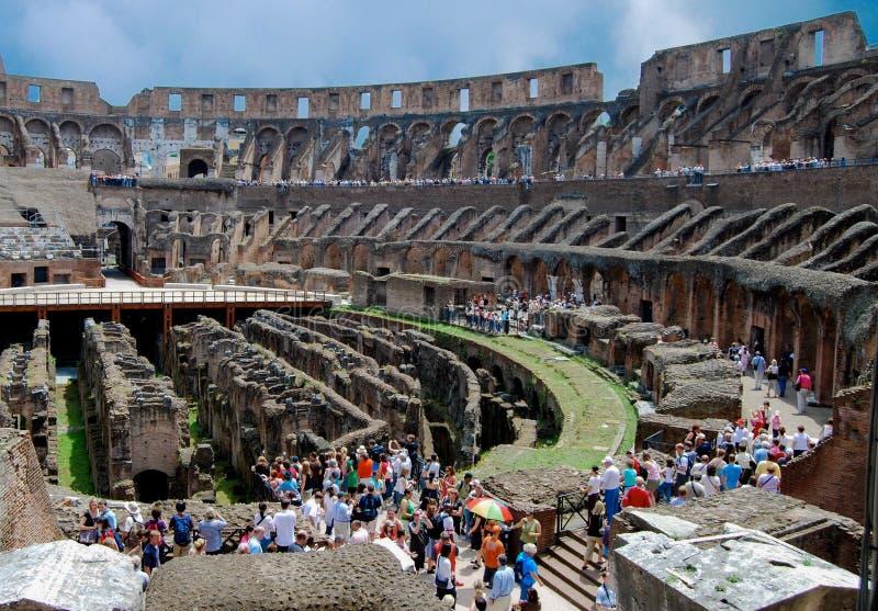Toeristen binnen Roman Colosseum Coliseum stock afbeelding