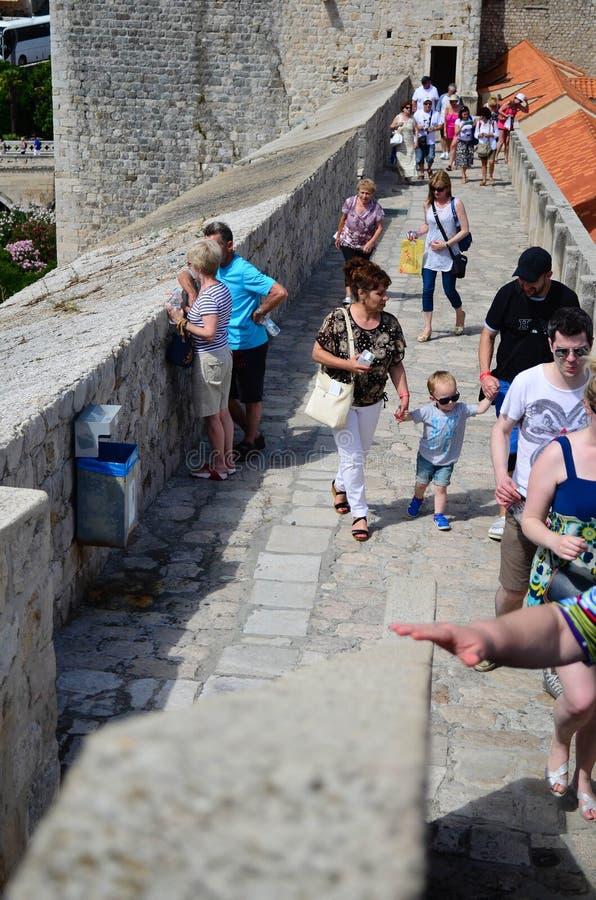 Toeristen in de citadel van de oude stad van Dubrovnik, Kroatië stock foto's