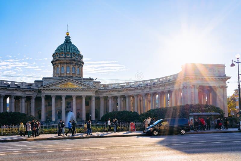Toeristen in de straat bij Kazan Kathedraal, in St. Petersburg, Rusland royalty-vrije stock afbeelding