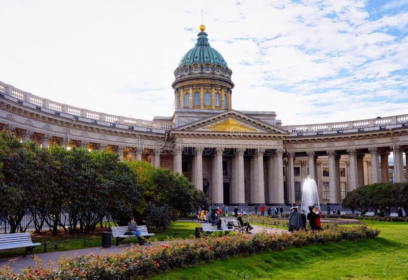 Toeristen in de straat bij Kazan Kathedraal in St. Petersburg, in Rusland stock afbeelding