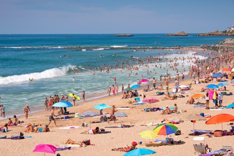 Toeristen in de zomer op Milady strand, in Biarritz royalty-vrije stock afbeelding