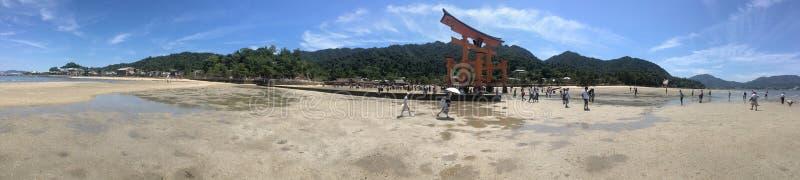 Toeristen dichtbij de o-Toriipoort, Itsukushima-Heiligdom, Japan stock afbeeldingen