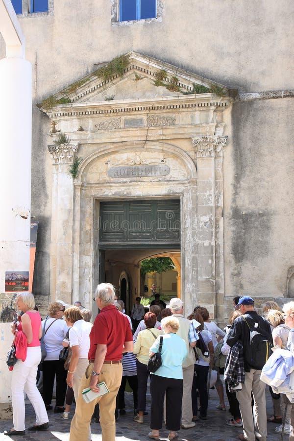 Toeristen dichtbij Espace Van Gogh, Arles, Frankrijk stock foto's
