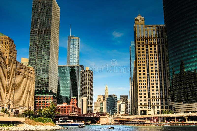 Toeristen die architectuur van reis in Chicago genieten stock afbeelding