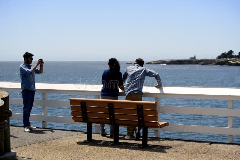Toeristen die beelden van elkaar op Santa Cruz Municipal Wharf in Santa Cruz, CA nemen stock foto