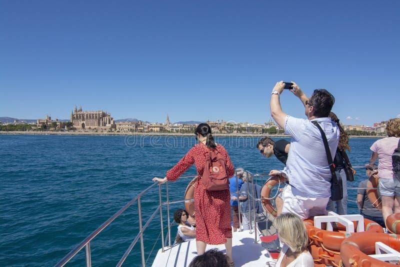 Toeristen die beeldenkathedraal Palma Mallorca nemen royalty-vrije stock afbeeldingen