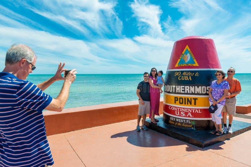 Toeristen die bij de Continentale V.S. het Meest zuidelijke Punt van ` s in Key West Florida stellen royalty-vrije stock afbeelding