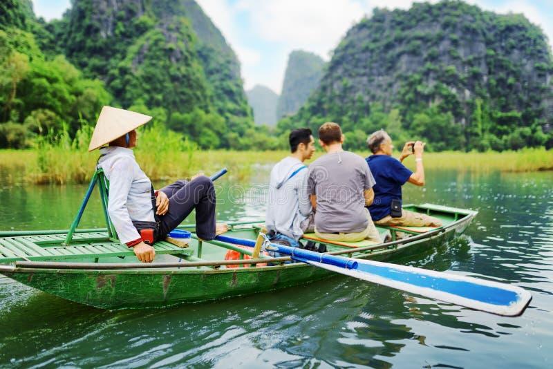 Toeristen die in boot langs Ngo Dong River reizen vietnam royalty-vrije stock fotografie