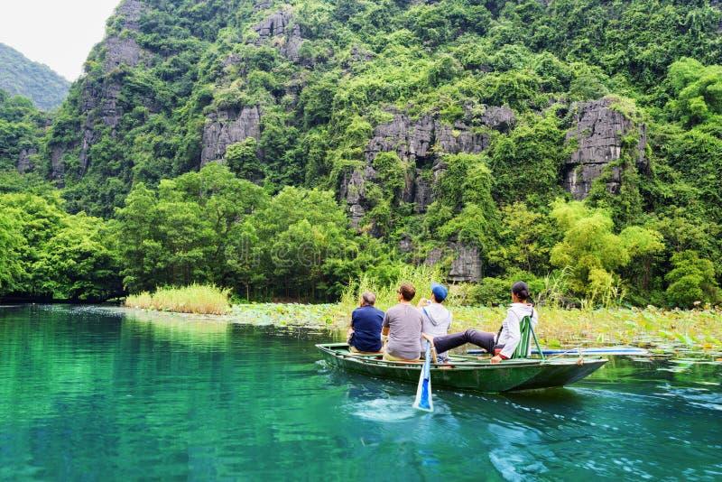 Toeristen die in boot langs Ngo Dong River in Vietnam reizen stock fotografie