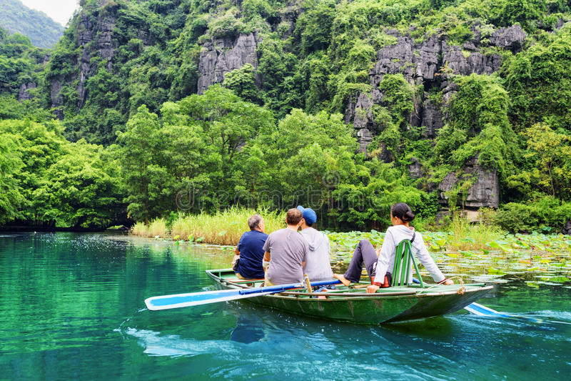 Toeristen die in boot langs Ngo Dong River, Vietnam reizen stock afbeelding