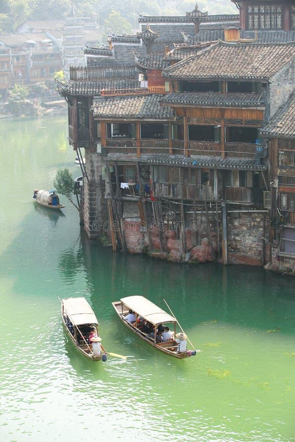 Toeristen die boot nemen bij fenghuang oude stad stock fotografie