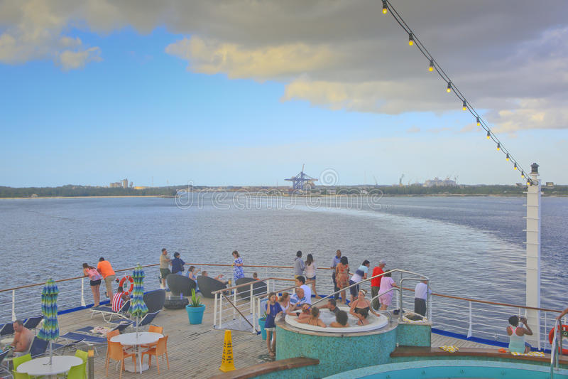 Toeristen die de Bahamas op een Cruiseschip verlaten stock foto