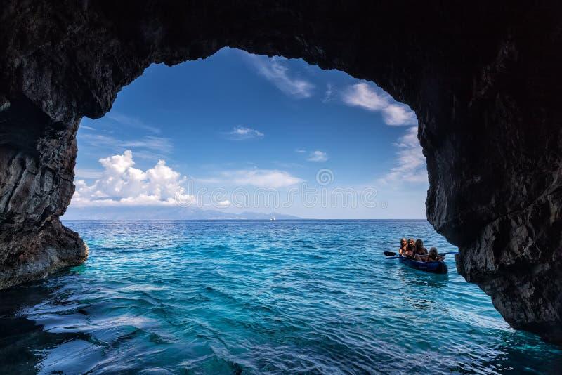 Toeristen die de Blauwe holen op het Eiland van Zakynthos in Griekenland bezoeken stock foto's