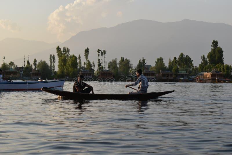 Toeristen die in de boten met bomenachtergrond genieten van in Dal meer, Srinagar, Jammu en Kashmir, India royalty-vrije stock afbeelding