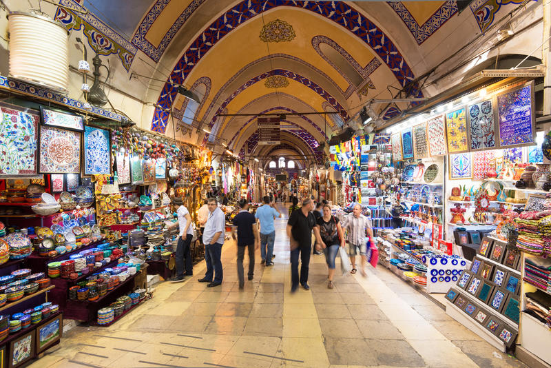 Toeristen die de Grote Bazaar in Istanboel, Turkije bezoeken royalty-vrije stock foto