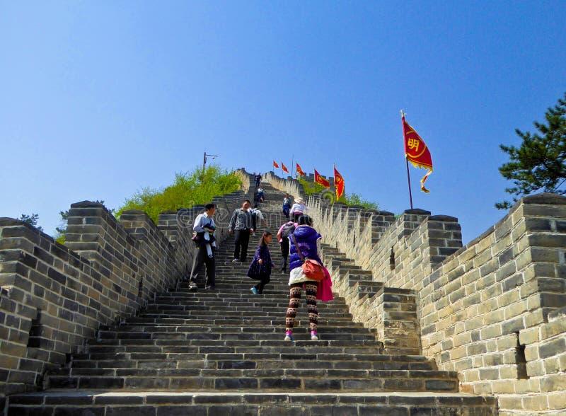 Toeristen die de Grote Muur van Huanghuacheng beklimmen royalty-vrije stock foto's