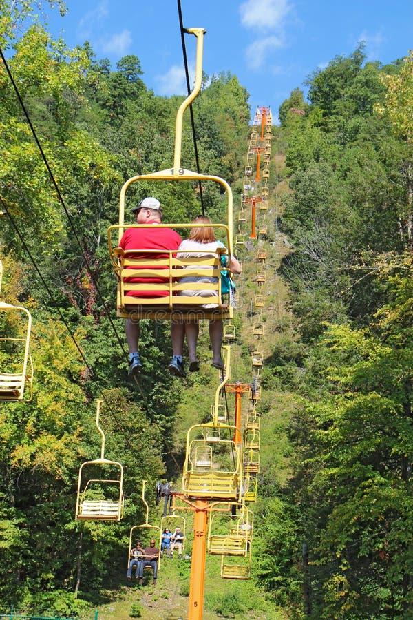 Toeristen die de Hemellift in Gatlinburg, de verticaal van Tennessee berijden stock afbeelding