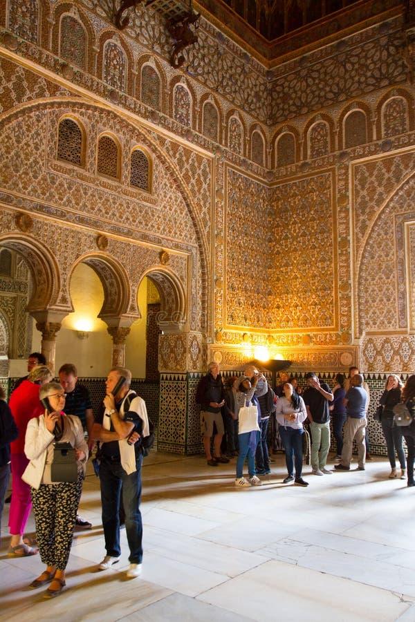 Toeristen die de Islamitische architectuur van Alcazar in Sevilla, Spanje bekijken stock foto's