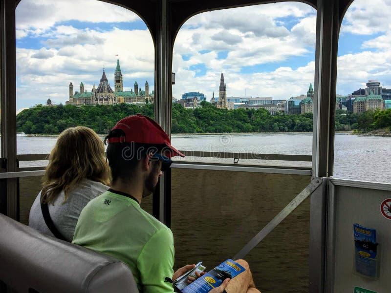 Toeristen die in de meningen van het Parlement Heuvel en cityscape nemen terwijl het nemen van een reisboot over de Rivier van Ot royalty-vrije stock foto's