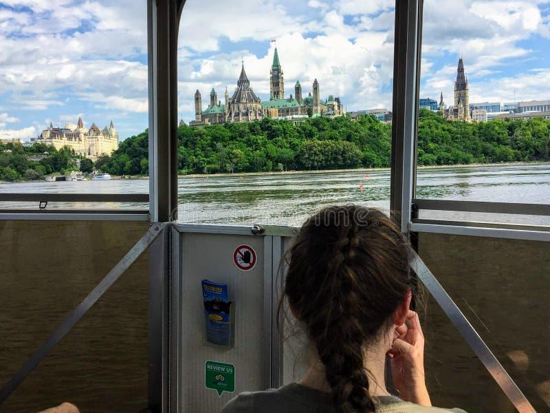 Toeristen die in de meningen van het Parlement Heuvel en cityscape nemen terwijl het nemen van een reisboot over de Rivier van Ot stock afbeelding