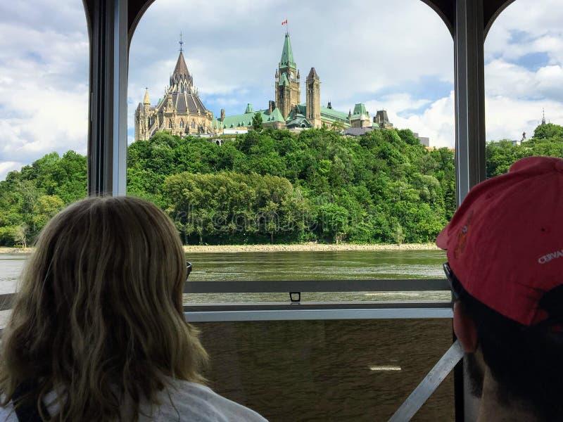Toeristen die in de meningen van het Parlement Heuvel en cityscape nemen terwijl het nemen van een reisboot over de Rivier van Ot stock foto's