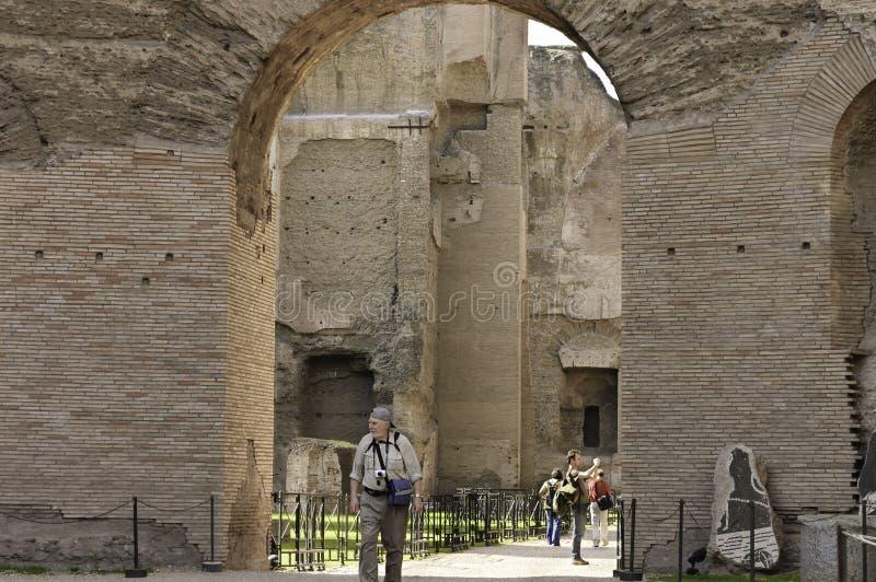Toeristen die de ruïnes van Rome bezoeken stock afbeeldingen