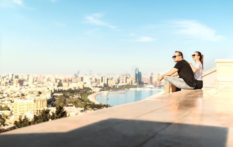 Toeristen die de stad van Baku bekijken Historisch oud stad en boulevardpark op de achtergrond Onderzoek en bezoek Azerbeidzjan stock fotografie