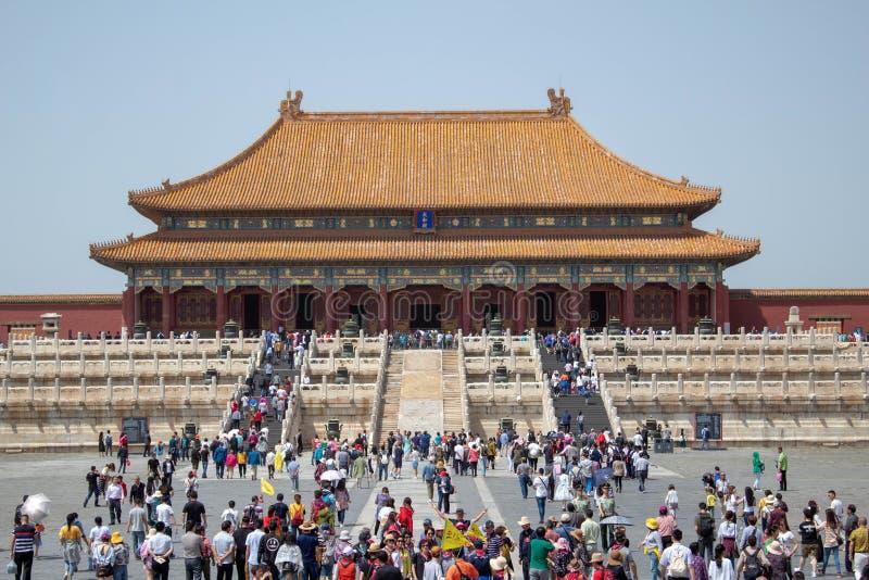 Toeristen die in de Verboden Stad gaan royalty-vrije stock afbeelding